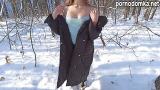 Согревающий сочный минет в зимнем лесу от русской красавицы