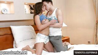 Молодая Хучи Эмили Ли наслаждается глубоким трахом в киску