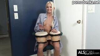 Талантливая блондинка играет и мастурбирует узкую киску