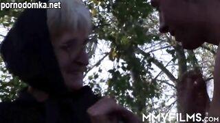 Шлюховатую бабушку завели в лес и жадно поимели в пизду