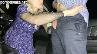 Секс в машине закончился множественным сквиртом для белокурой милашки