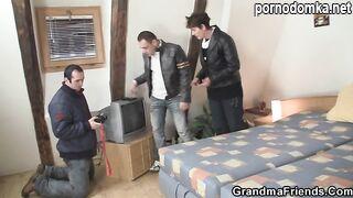 Старая бабушка ублажает двух молодых парней своим ротиком