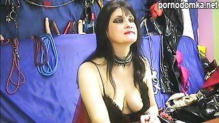 Темноволосая зрелая дама тренирует свои соски и шлепает задницу