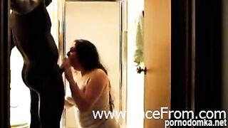 Черный мужчина жестко трахает белокожую брюнетку в коридоре