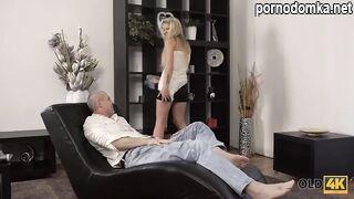Блондинка и друг старого папы занимаются спонтанным сексом