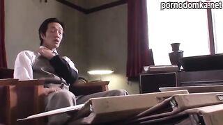 Симпатичная японская девушка усердно трахается со своим боссом