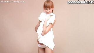 Фотосессия чувственной молодой девушки в голом виде
