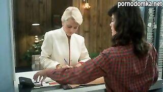 Зрелая винтажная дама ласкает волосатую киску пальцами