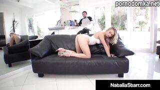 Наталья Старр трахается с татуированным парнем после того, как отсосала ему на диване