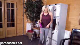 Блондинка в тренажерном зале дала инструкцию по дрочке