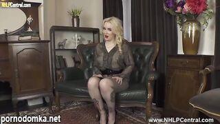 Очаровательная блондинка Лана Хардинг трет мокрую киску перед камерой