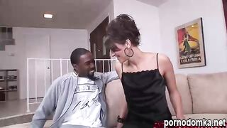 Подтянутая женщина Иден жадно сосет большой черный член и получает его в пизду