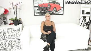 Блондинка с короткой стрижкой и большими сиськами сосет член фотографа