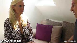 Соблазнительная мамочка-блондинка с большими сиськами и глубоким горлом ебется с парнем