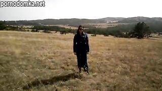 Брюнетка с большими твердыми сиськами в любительском видео сосет член на природе