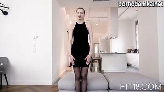 Русская блондинка с крошечными сиськами делает минет парню в обмен на разные услуги