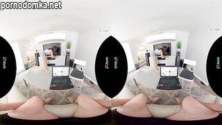 Горячая красотка скачет на твердом члене парня во время сеанса виртуальной реальности