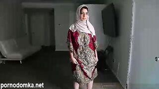 Сладострастная брюнетка Надя Али любит кататься на твердом члене