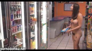 Девчонка пришла голышом в магазин за покупками