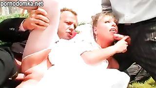 Жесткая ебля невесты толпой на свадьбе