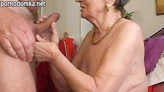 Морщинистая седая бабуля сделала глубокий минет