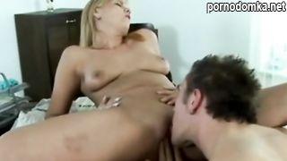 Тете не нравится когда племянник смотрит порнушку поэтому она сама трахается с ним