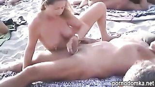 Голышом шлюшки насасывают члены мужиков на нудистском пляже