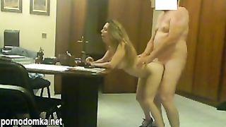 Босс выебал секретаршу у себя в офисе
