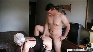 Старушка в пеньюаре ебется с внуком чтобы избавить его от недотраха