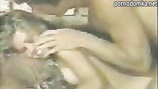 Молодая Девушка в ретро видео