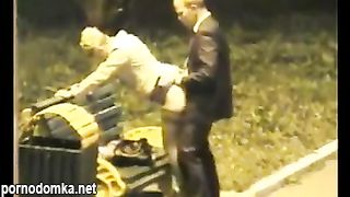 Трахает русскую телочку на лавочке на улице
