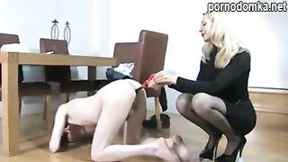 Госпожа заставляет раба принимать в жопу клизмы и терпеть дрочку вялого хера вибратором
