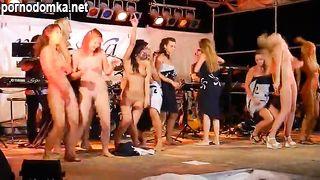Красотки голышом танцуют на сцене