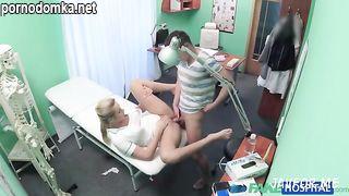 Медсестричка подрочила хер пациенту и трахнулась с ним чтобы излечить от импотенции