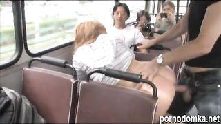 Рыжая шлюшка делает минет и трахается в автобусе при пассажирах