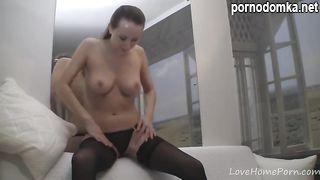 Девчонка в пеньюаре и чулочках раздевается и позирует перед камерой с голыми сиськами