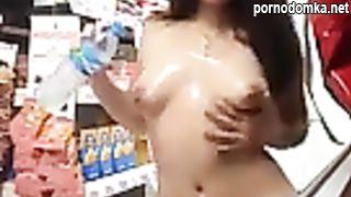 Девчушка показала сиськи в магазине продавцу