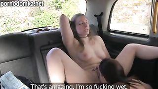 Таксистка лесбияночка соблазнила на еблю пассажирку такси