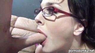 Глубокий горловой отсос от девчонки в очках
