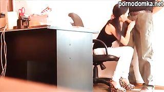 Начальник заставляет секретаршу сосать член в кабинете под скрытой камерой