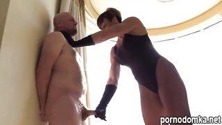 Накачанная госпожа издевается над толстым рабом
