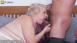 Старушка обожает трахаться с молодым любовником