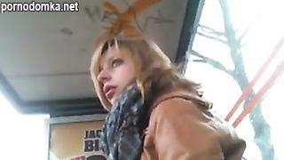 Извращенец онанист с скрытой камерой на остановке автобуса