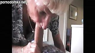 Внук уговорил старую бабулю сделать ему минет