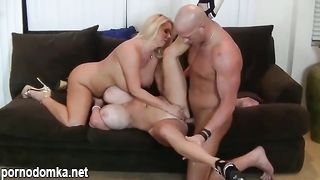 Трахнул двух блондинок с огромными силиконовыми сиськами