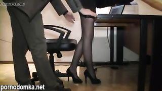 Начальник домогается секретаршу на новом месте под скрытой камерой