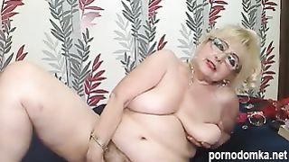Похотливая бабулька показывает обвисшие сиськи и пиздень в веб чате