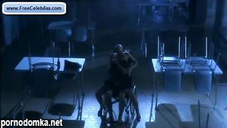 Красивая брюнетка трахнулась с парнем в инвалидном кресле