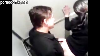 Пацан выебал девку в общественном толчке под скрытой камерой