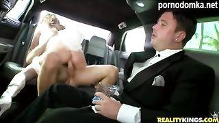 Жених смотрит, как невеста трахается с незнакомцем в лимузине